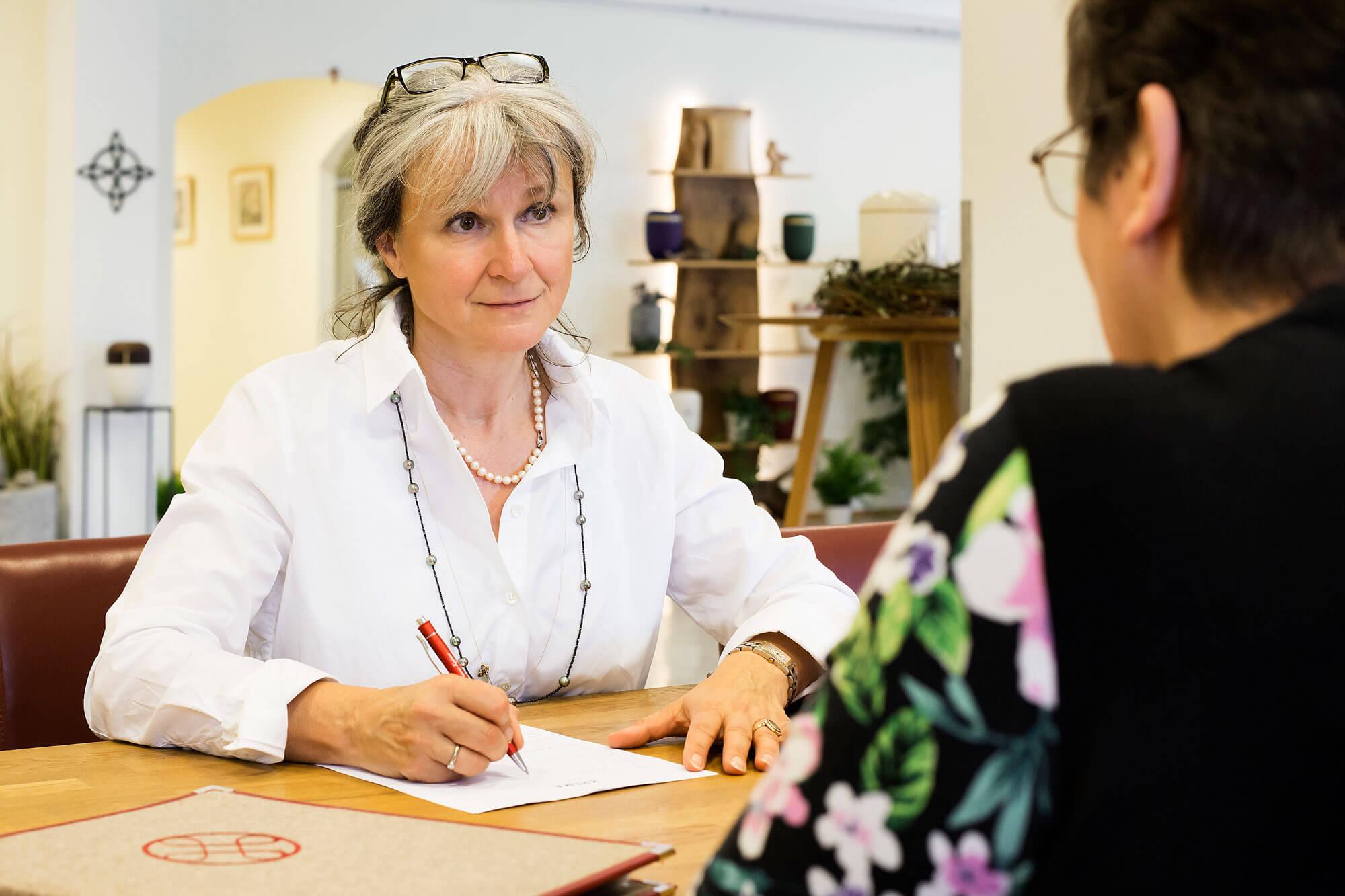 Inge Maria Krämer im Beratungsgespräch